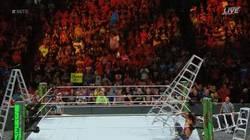Enlace a AJ Styles cae de manera tremenda en Money In The Bank 2017
