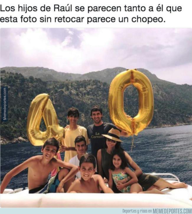 984506 - Raúl se hace una foto con todos sus hijos y parece que son un copia y pega