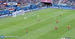 Enlace a GIF: Goooooooool de Stindl que adelanta a Alemania frente a Chile con un grave error
