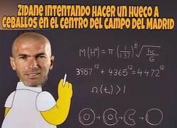 Enlace a Zidane sacando cuentas por Ceballos