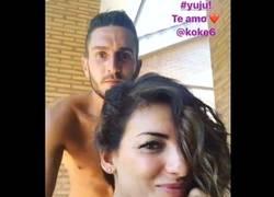 Enlace a La foto de Koke y su mujer que da para malos entendidos
