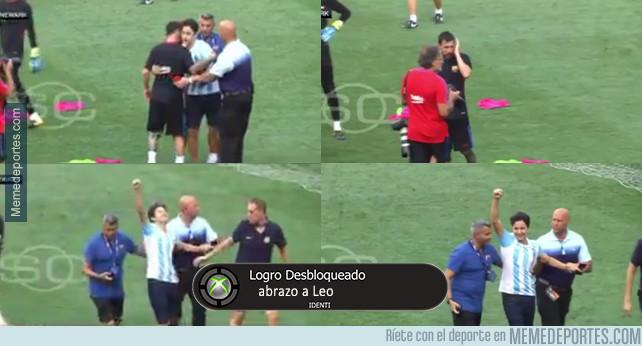 988850 - Intruso se cuela en el entrenamiento para abrazar a Messi y lo celebra como un gol