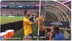 Enlace a Messi y Neymar divirtiéndose con las gradas