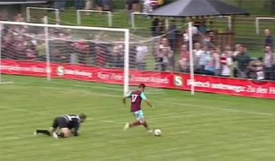 990605 - Chicharito debuta en el West Ham, se queda solo y… ¿hace su primer Chicharito?