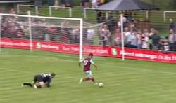 Enlace a Chicharito debuta en el West Ham, se queda solo y… ¿hace su primer Chicharito?