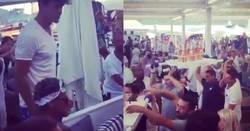 Enlace a Aquí tenemos a Neymar, y el verdadero motivo por el que fichó por el PSG. ¡Más fiesta en StTropez!