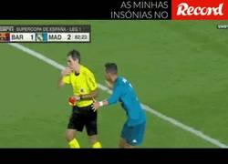 Enlace a Razón por la que Ronaldo empuja al árbitro, le salva la vida