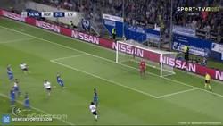 Enlace a GIF: Golazo de falta de Alexander-Arnold que adelanta al Liverpool
