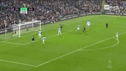 Enlace a GIF: Y con este gol Rooney llega a los 200 goles en la premier
