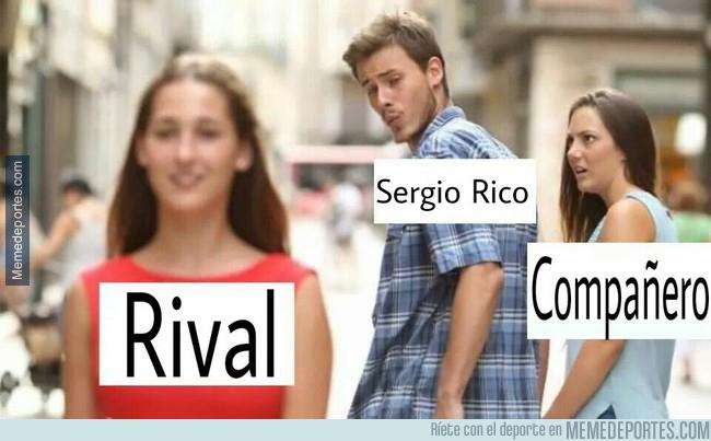995108 - Sergio Rico con el balón en los pies