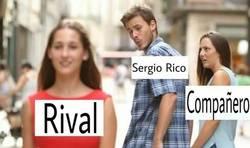 Enlace a Sergio Rico con el balón en los pies