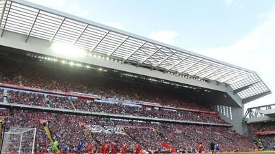 995501 - Este aficionado profanó Anfield haciendo esto en su visita en la Europa League