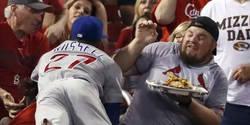 Enlace a Jugador de baseball le tira la comida por los aires a uno del público y hace esto para recompensarlo