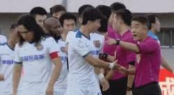 Enlace a Momento en el que Cavani no saluda al árbitro y este se chiva a su compañero