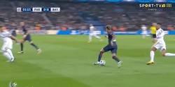 Enlace a GIF: Gol de Dani Alves que adelanta al PSG tras un gran jugadón de Neymar