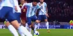 Enlace a El sutil caño de Messi ante Venezuela, ni lo vio venir