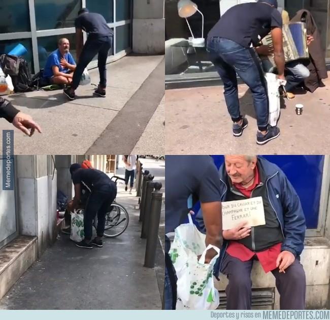998732 - Patrice Evra salió a las calles de Marsella a regalar comida a indigentes