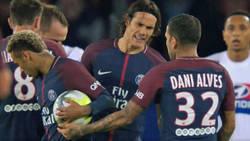 Enlace a Vídeo: Cavani y Neymar se pelean en pleno partido por lanzar un penalti y una falta