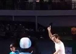 Enlace a Federer se suelta en Shanghái: Bailecito en la pista Mickey Mouse. Suerte que se dedica al tenis :D