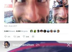 Enlace a Hamilton se deja el móvil en el podio durante la entrevista y Ricciardo la lía un poco