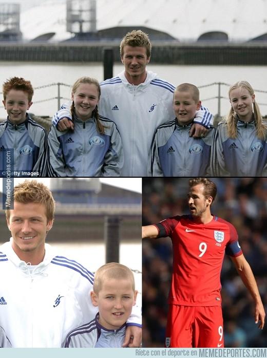 1002708 - Una vieja foto de Beckham con el capitán de la selección inglesa