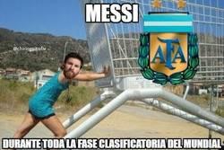Enlace a Messi empujando a todo el equipo