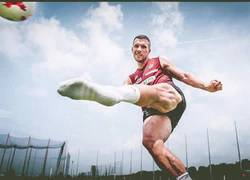 Enlace a Podolski publica una foto de sus piernas hipermusculadas y a su lado Roberto Carlos es un tirillas