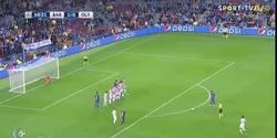 Enlace a GIF: Golaaaaaaazo de Messi que sorprende al Olympiakos de falta directa
