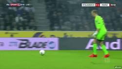 Enlace a GIF: Increíble jugada de Robin Zentneren la Bundesliga, se le perdió la pelota