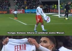 Enlace a Nabil Fekir del Lyon intentó celebrar como Messi y se le volcó el estadio encima.