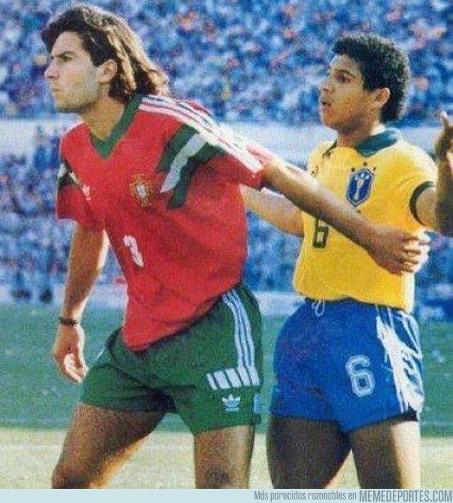 1007680 - Hoy en fotos históricas, Luis Figo y Roberto Carlos durante la final del mundial juvenil de 1991