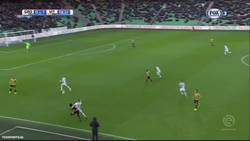 Enlace a Un jugador del Vitesse se marca un golazo en propia al intentar pasar al portero