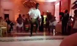 Enlace a El baile loco de Drogba en la boda de su hermana que dejó a cuadros a todo el personal. W-T-F