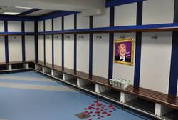 Enlace a Identifica el espacio reservado para Neymar en el vestuario de visitantes del Bernabéu