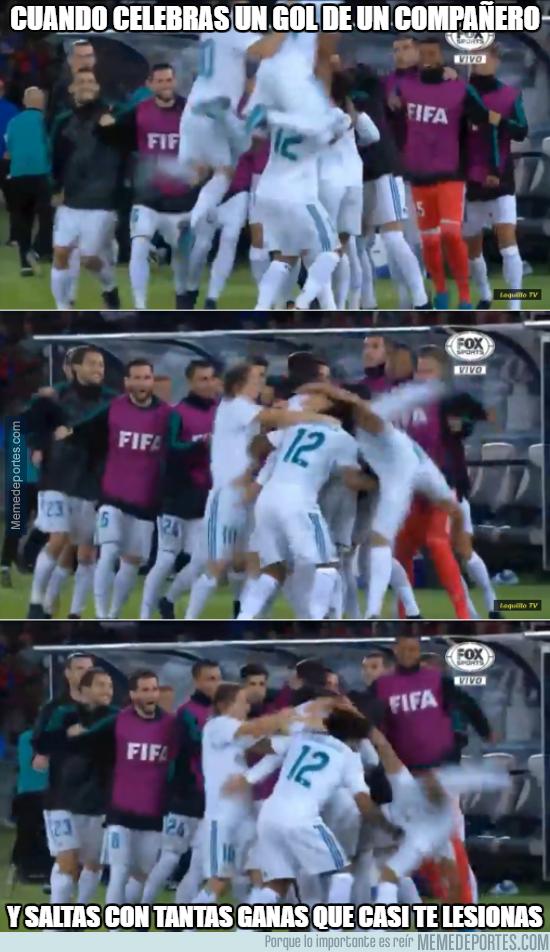 1012253 - Cuando celebras el gol de un compañero con casi voltereta mortal...