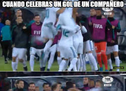 Enlace a Cuando celebras el gol de un compañero con casi voltereta mortal...