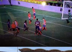 Enlace a Todo el mundo está alucinando con Kouassi, el jugador del PSG U12 que es más enorme que el árbitro