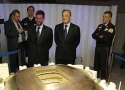 Enlace a Messi viendo el nuevo modelo de su campo de entrenamiento