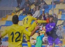 Enlace a Agresión al portero del Castellón que se va directo al hospital y no expulsan al jugador del Villarreal