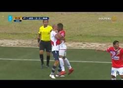 Enlace a El 'beso' de dos futbolistas peruanos en pleno partido te hará estallar la cabeza