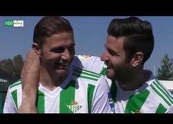 Enlace a Los jugadores del Betis tratando de cantar el himno de Andalucía