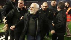 Enlace a El dueño del PAOK baja al campo con pistola en mano y se la enseña al árbitro