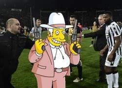 Enlace a Imágenes exclusivas del presidente del PAOK entrando al campo