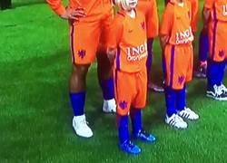 Enlace a El gesto de esta niña antes del partido de Holanda que hizo reír a todo el Mundo