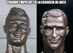 Enlace a Emmanuel Santos demuestra que ha mejorado bastante con el busto de Cristiano