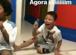 Enlace a La genial reacción de los hijos de Thiago Silva al salirles su cromo del Mundial
