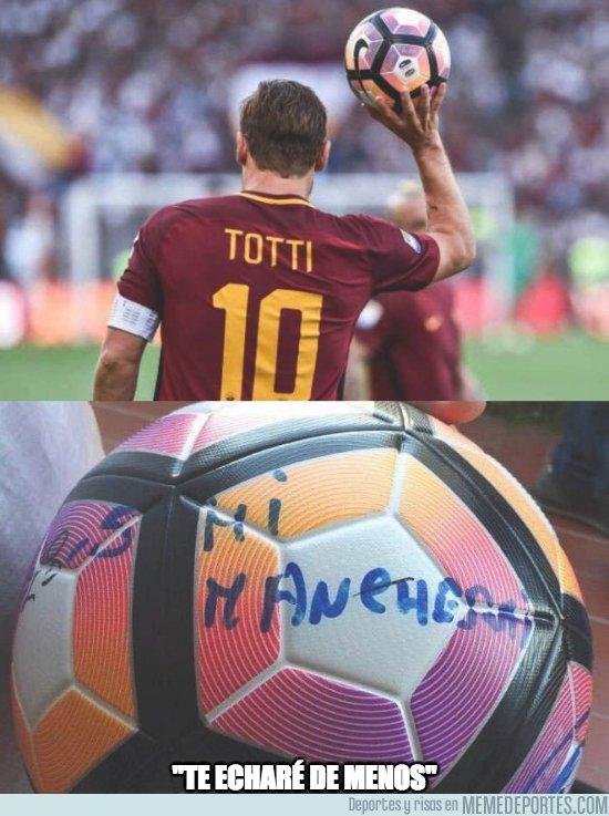 1027894 - Lo que escribió Totti en la última pelota con la que jugó como profesional