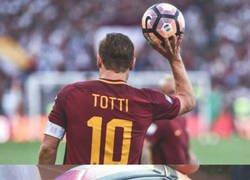Enlace a Lo que escribió Totti en la última pelota con la que jugó como profesional