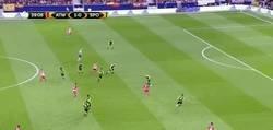 Enlace a GIF: Gooooooool de Griezmann para poner el 2-0 frente al Sporting con una gran jugada