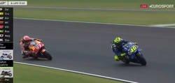 Enlace a Vídeo: Márquez le devuelve la patada a Rossi después de mucho tiempo y lo echa de la pista en Argentina